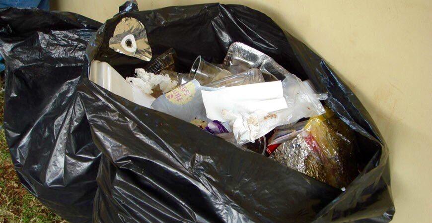 女子在家發現「包裝一角」 悲劇男友花兩小時「翻垃圾」證明清白!
