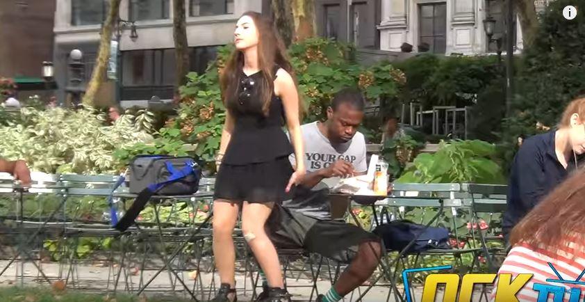 正妹街上「隨機坐路人大腿」測試反應,男子「兒童不宜限制級動作」讓她後悔到爆!