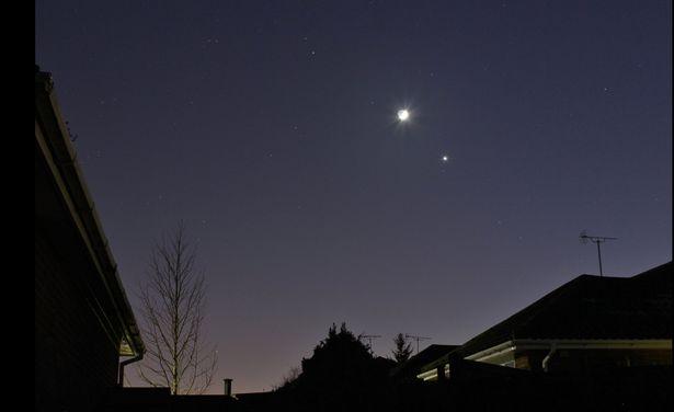 這幾晚月亮下可以看到的「超亮星球」是哪顆?仔細看還可以看到木星!