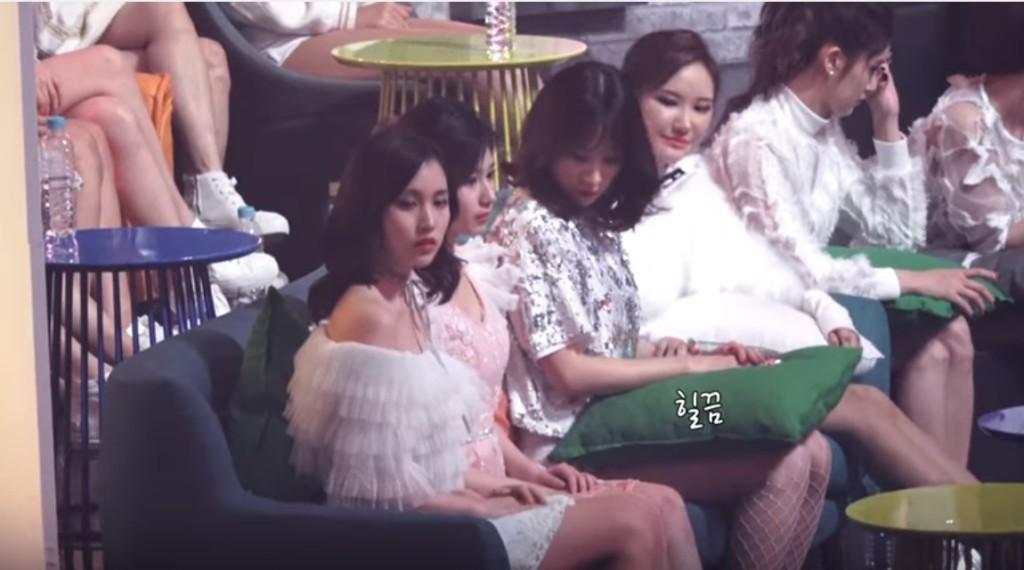 TWICE女成員裙子「太短險走光」,貼心Hani「超天才急智」低頭即時救援!