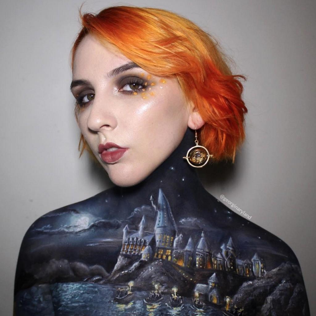 她開始在身上畫《哈利波特》霍格華茲魔法學院,完成後直接變成動畫! (9張加影片)