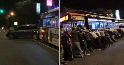 公車「硬上」男子慘遭捲入車底命危,「14勇士合力抬車」神猛撐住救援!