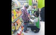 阿嬤拉鍊拉不起來,暖心女店員「手刀蹲地」幫忙穿!網友讚:「必娶女人!」