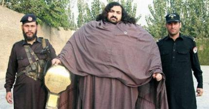 身高190公分體重431公斤的先天「巨人浩克」,雙手就拉住拖拉機超猛!(影片)