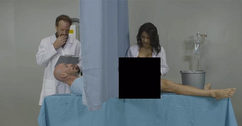 色片明星在拍片時的「凸捶畫面」,腿張開NG比普通電影NG爆笑太多!(兒童不宜)