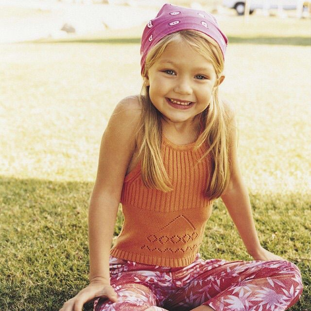 10位證明絕對沒整型的「天然美女模特兒」童年對照圖,#4米蘭達·寇兒小時候根本就是漫畫人物!