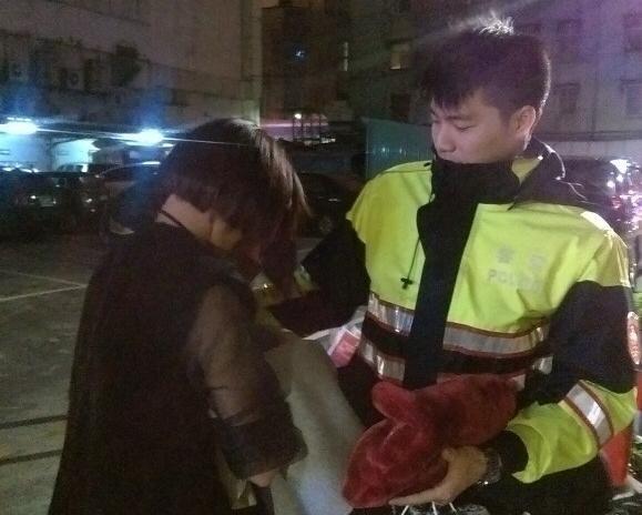 女子喝醉在路邊哭喊「沒人愛我!」,暖男警察用「柴犬」成功打動女子的心!