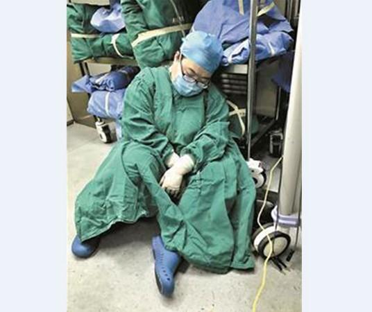 婦產科女醫連續工作36小時操到「坐地秒睡」大爆紅,還說「累點沒什麼」讓病人嚇傻!