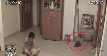小女孩沒注意到身旁的洋娃娃在20秒處「眨眼睛搖頭」,她到了客廳後直接被嚇跑...