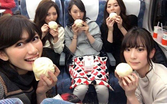 網路上出現圖片「5個氣質不同的美女吃肉包,你喜歡那個」,如果你挑「她」代表你是處男!