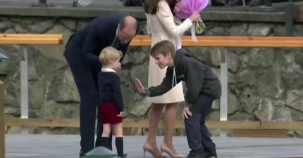 英國喬治小王子被拍到「殘酷拒絕」男孩擊掌 凱特王妃轉頭高EQ化解尷尬!