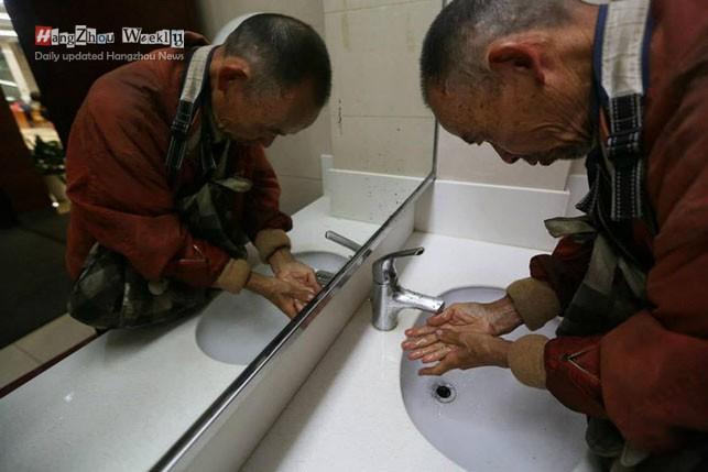 「讀書前先洗手」的拾荒窮老人不幸去世,女兒整理遺物時才發現他「是最富有聖人」!