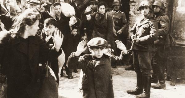 30張打臉所有說「沒發生過」的人的無比黑暗納粹集中營黑白照,#2一整堆的結婚戒指...