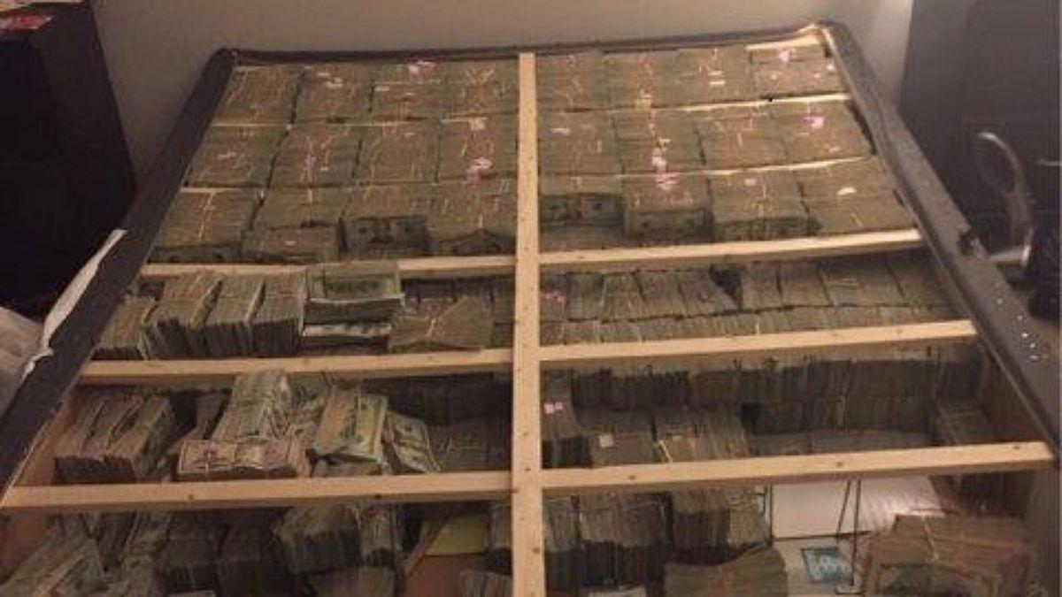 為了躲警察,他將價值「2千萬美金」的鈔票塞到破舊的床中!