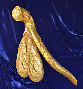 女子做了這個巨大黃金「女性器官」藝術品,想證明我們都「太不公平」!