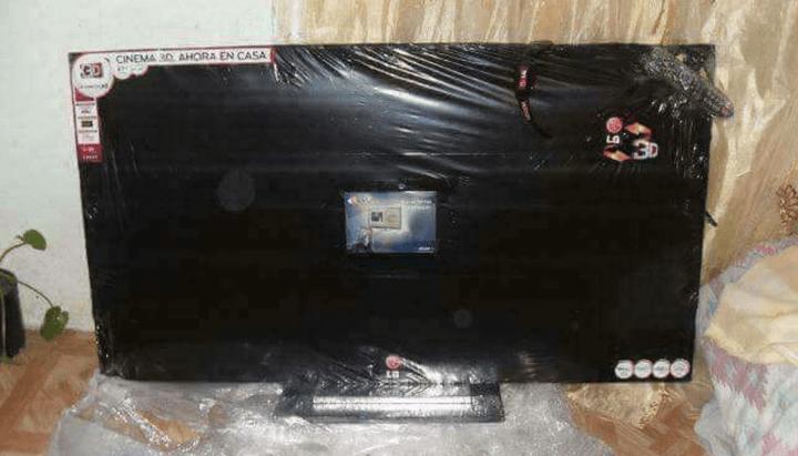 她在臉書上買了一台55吋LCD電視,拆封的瞬間發現「只能當桌子」了!
