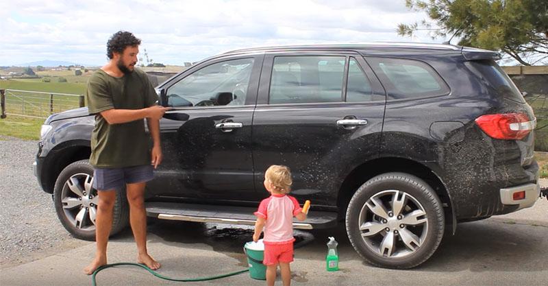 他錄影示範「如何操作小孩洗車」效果好到想讓人繁殖!