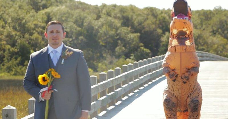 新娘為了要惡整未來老公「拍婚紗照」,穿起「暴龍裝」從他背後逼近...