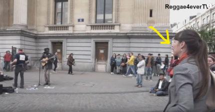 街頭藝人唱到一半OL隨性加入,2:00處大家以為是業餘女生SOLO「全場沸騰」5萬個讚!