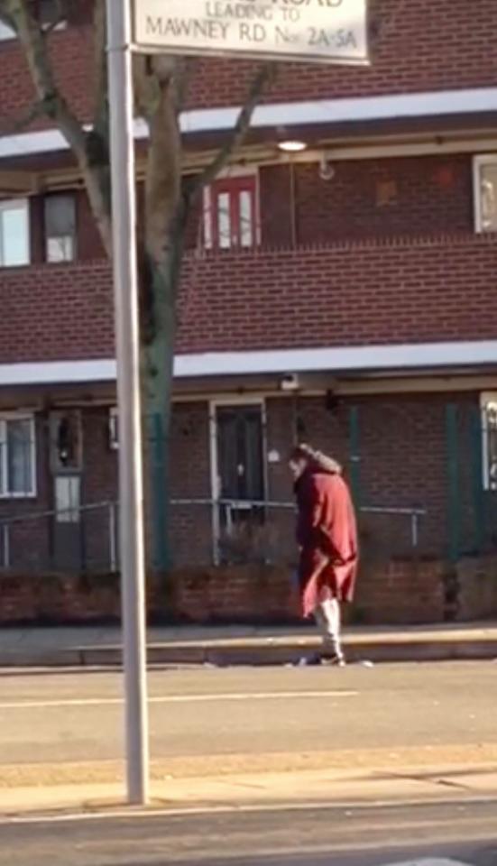 男子被拍到在馬路旁「強暴水溝蓋」,全國震驚事後被警察逮捕。