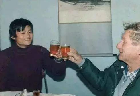 32年前他用200塊幫馬雲度過難關,如今馬雲「以2千萬回報」動人友誼讓台下都落淚了!