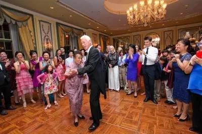 111歲的她兩度喪夫還罹患絕症,她依然「穿旗袍加高跟鞋」跑趴!長壽秘訣:「被上帝忘了」。