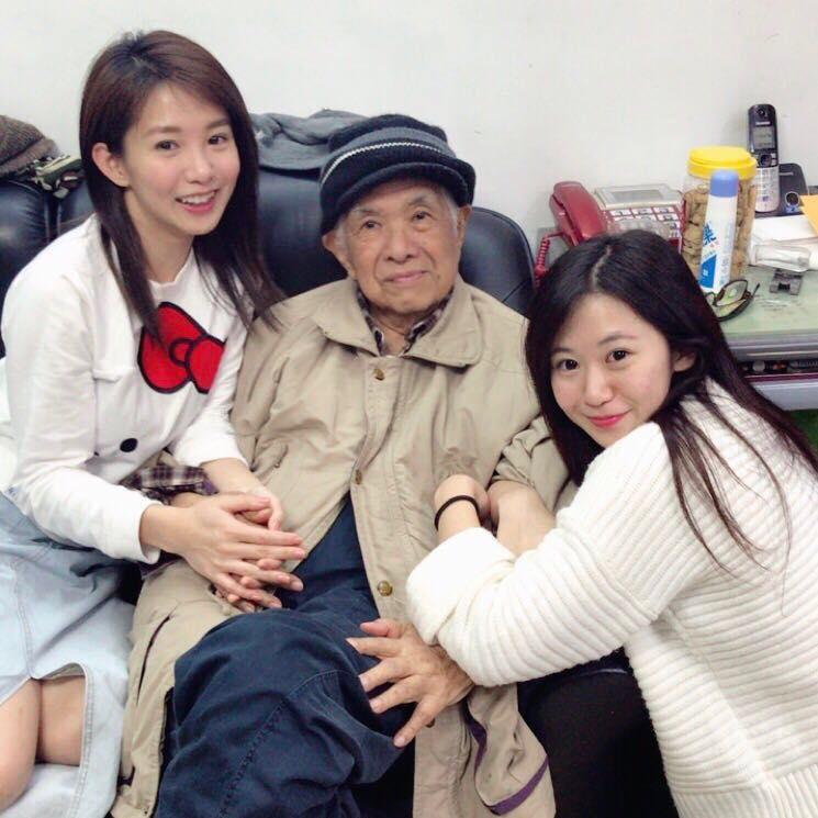 瑤瑤過年期間PO出跟外公和「超美妹妹」的合照,網友驚訝「神正!我要叛變了!」