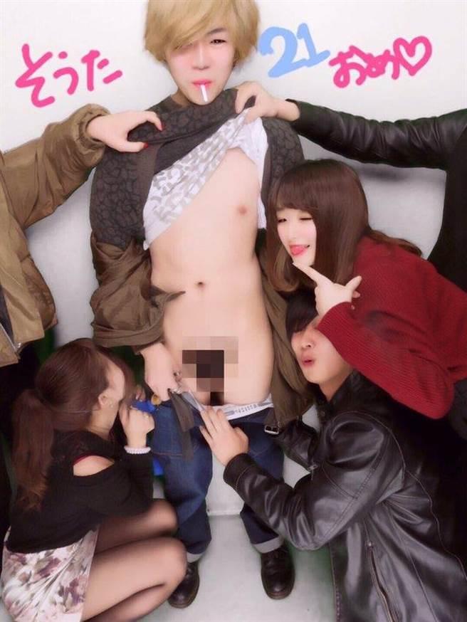 日本大學生超狂慶生,「揉胸、脫褲露鳥」表情極度享受!