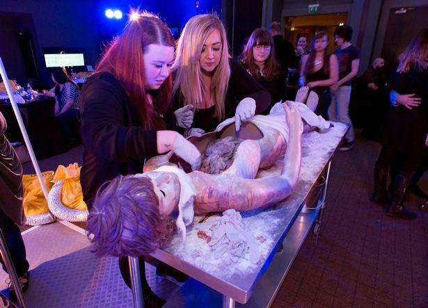超瘋狂表演趁你用餐「在你面前解剖人體」近距離觀賞血肉之華!還可以把玩內臟跟它們合照! (影片慎入)