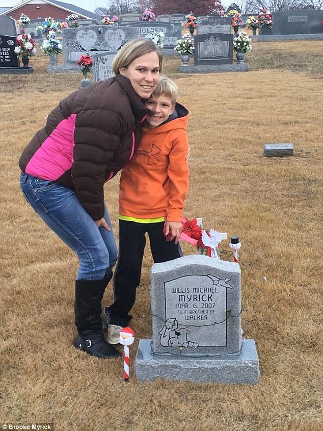 「超越生死心靈感應」小男孩跟一出生就死去雙胞胎弟弟對話,坐在墓碑旁說:「我今天開始上學!」