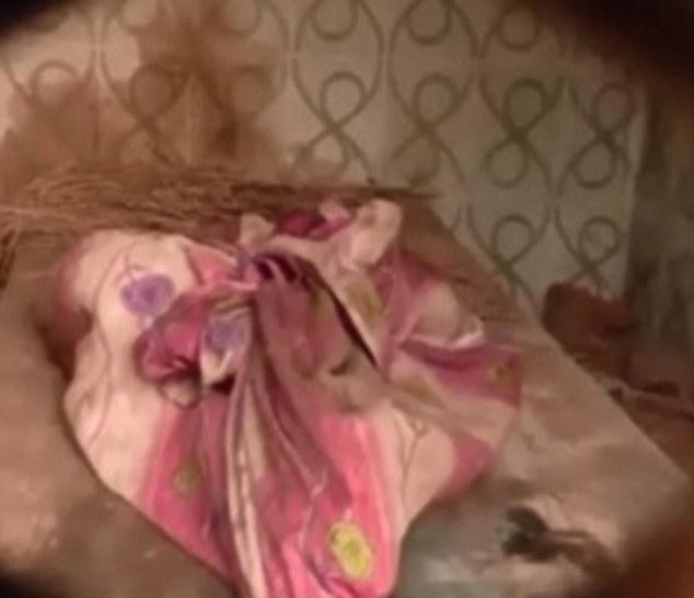 媽媽撞見兒子坐在廢棄屋,吃「7歲小童」的無頭屍體... (非趣味)