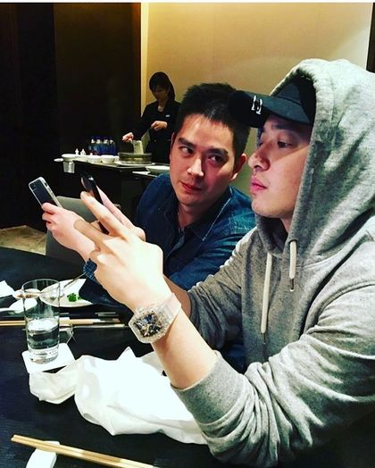 潘瑋柏的照片被眼尖網友指出,戴著「5800萬台北豪宅」一樣貴的名錶在吃飯!