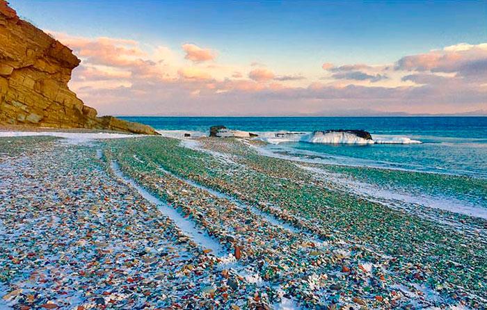 遊客不停丟棄玻璃瓶在海灘上,不料被大自然糾正「廢棄垃圾→閃耀天堂」!