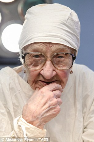 「90歲阿嬤」俄國最老外科醫生!病人:一開始不安,但她進入手術室後就神了