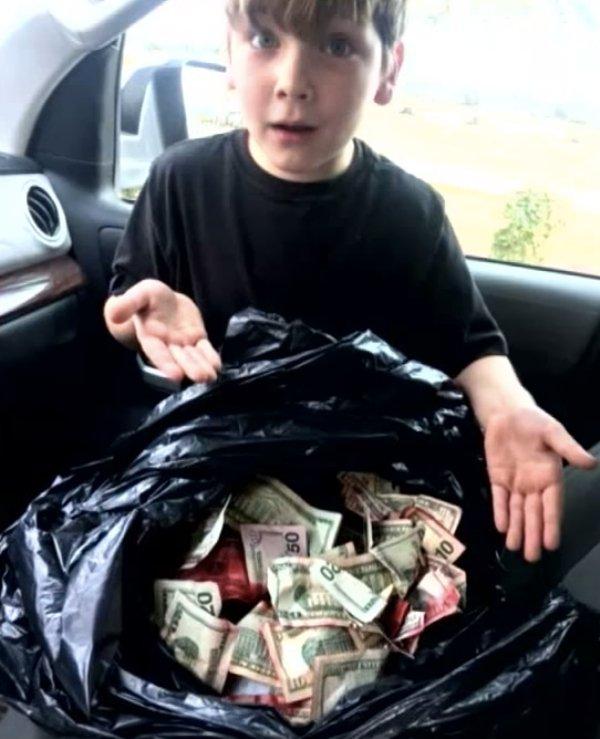 小男生在加油站地上看到了沾紅墨水的鈔票,去垃圾桶驚嚇「看到塞滿了鈔票」!