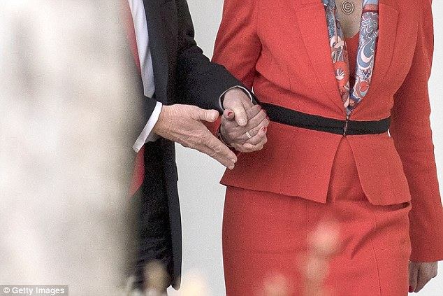 第一夫人蜜蘭妮「想牽手」被川普拒絕「狠甩開」超尷尬,身體語言專家:「他是老大!」蜜蘭妮超卑微!(影片)