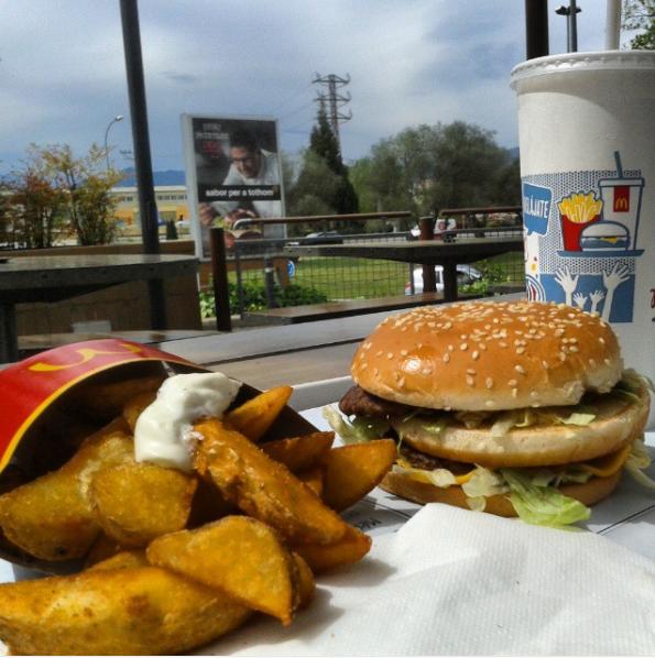 17個讓你口水流乾的「世界各地的麥當勞特色餐點」!#3可樂餅漢堡超想要!