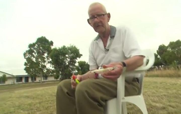 75歲獨居阿公喪妻喪友很孤單「上網徵釣友」,秒被百名網友塞爆信箱「帥哥釣手」開私人飛機找上門!
