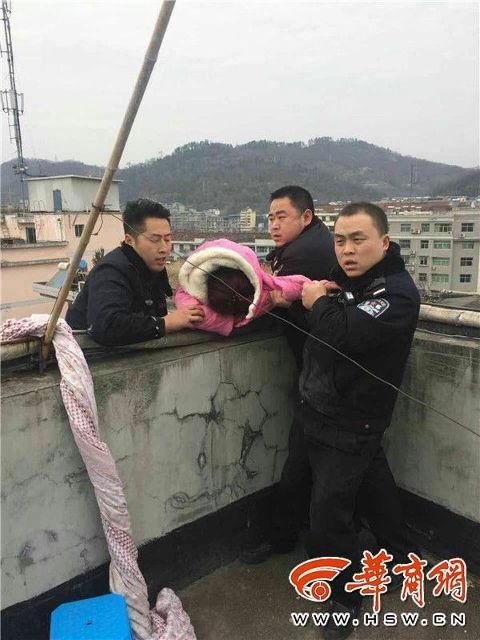 中國女不爽一個轉身跳樓自殺,老公秒「抓馬尾」驚悚救援!(影片)