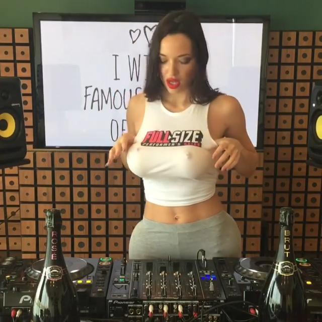性感正妹女DJ「巨乳激凸乳浪晃很大」網路秒爆紅!0:07「伸手掀奶」觀眾氣到翻桌!(影片)