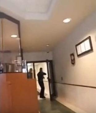 面罩男「帶AK47步槍」闖入警局,全程錄影「我有生命危險!」下場超慘!(影片)