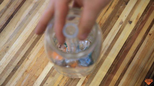 玻璃廠超浪費每天產出大量垃圾!他一氣之下把垃圾DIY成「超夢幻玻璃碎片檯燈」!
