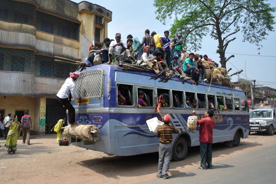 23個以為自己是巴士「下一秒爆掉」的過分超載車輛。