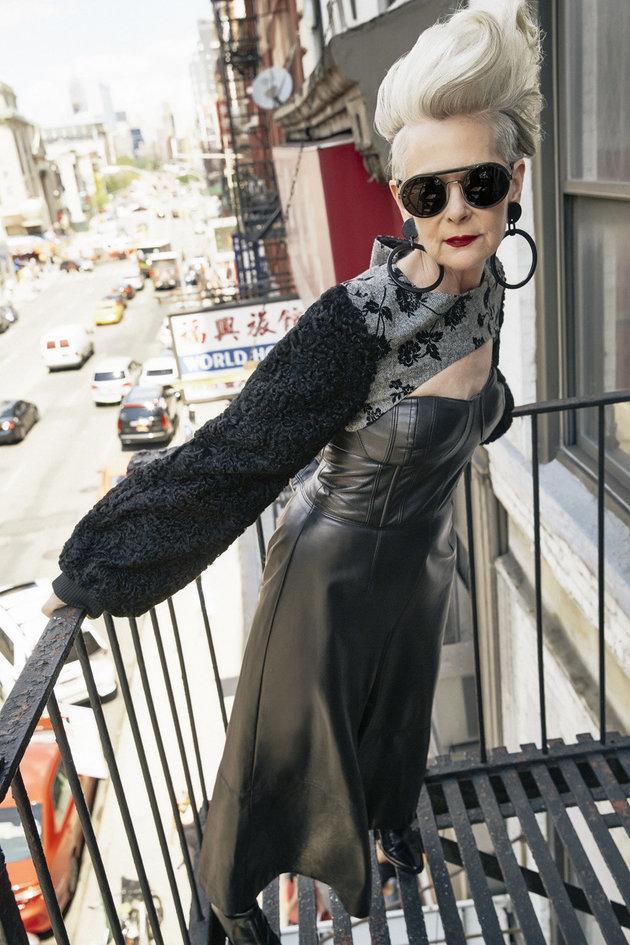 記者認錯以為64歲女教授是「時尚界名人」,沒想到將錯就錯一夜間讓她生活大逆轉!(13張)