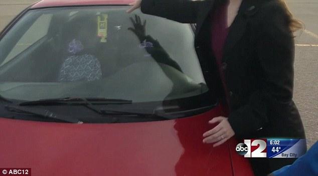 「車窗上看到有衣服」絕不要動!她「差點被拐賣」幸好機警反應!