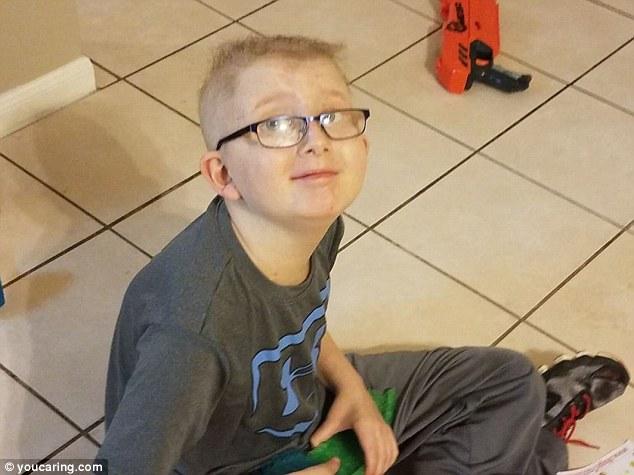 媽媽拍下10歲男孩可憐背影「媽,我撐不住了」,媽媽上傳照片給全世界希望。