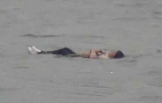 女子想不開跳河,身體微胖「沉不下去」慘被救起!
