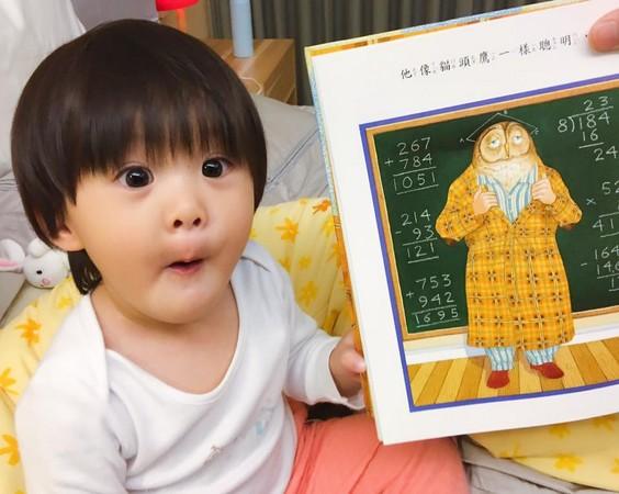 超萌父女黨做「怪表情」讓賈靜雯懊惱「到底想學什麼」,晚上翻書找到「正解」網友:「融化了」!
