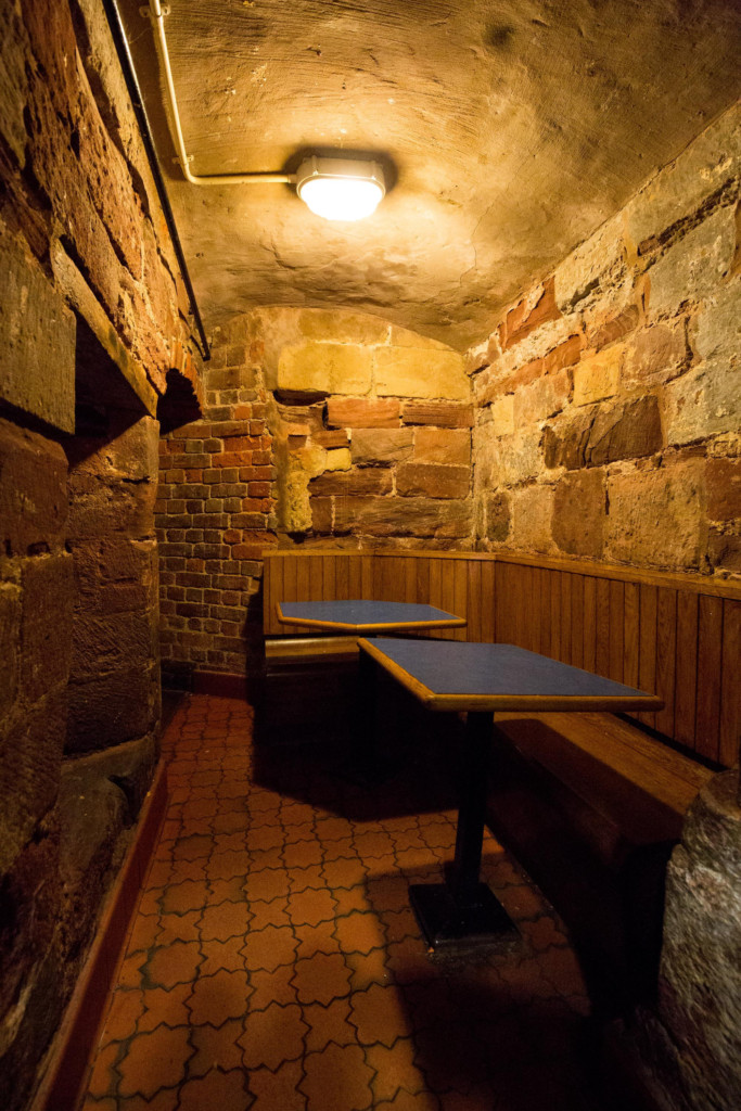 這間「古代地牢」麥當勞「有800年歷史」走下去穿越時空!可惜都太晚了...(7張+影片)