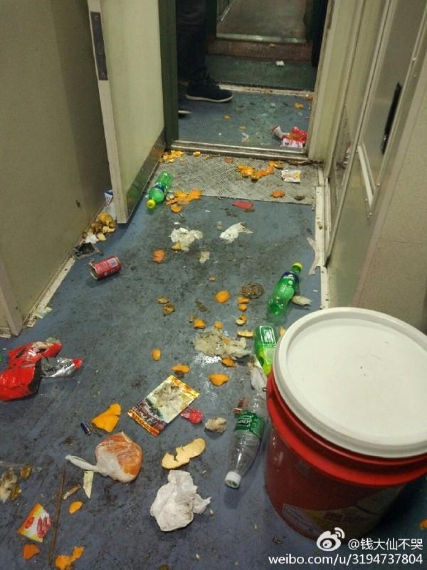 坐一次火車看清素質,地上「滿滿垃圾」網友表示:「不然放哪裡?」